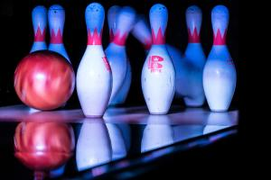 Bowlingkäglor träffas av bowlingklot. Bild: Nan Palmero / Wikimedia Commons, https://commons.wikimedia.org/wiki/File:Bowling_Pins_Being_Hit_by_a_Bowling_Ball_-_PINSTACK_Plano_(2015-04-10_19.34.19_by_Nan_Palmero).jpg