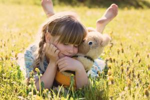 Flicka med nallebjörn. Foto: Pixabay.com/Pezibear